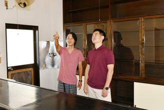 シェアキッチンの設備について話し合う星隼人さん(左)と高橋典男さん