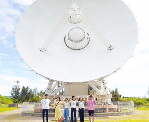 国立天文台の施設継続を求め、署名活動する八重山高の生徒たち=7月、沖縄県石垣市