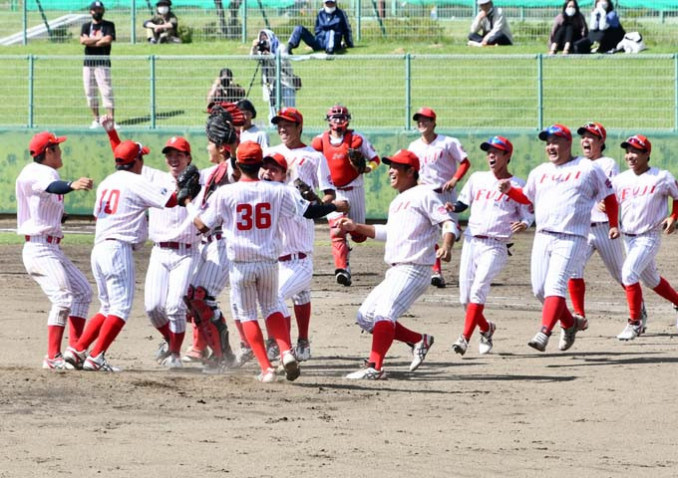 優勝を決めて歓喜の輪をつくる富士大の選手たち