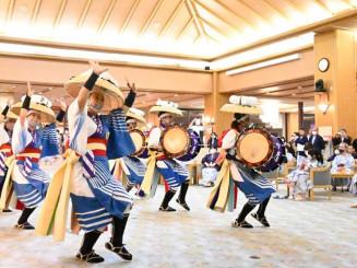 宿泊客に踊りを披露する仙北小鷹さんさ踊り保存会