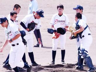 監督の指示を受け、チームメートと守りの確認をする天久花音さん(右から3人目)ら