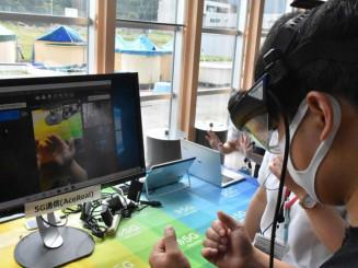 スマートグラスを装着し、映像のやりとりを体験する参加者