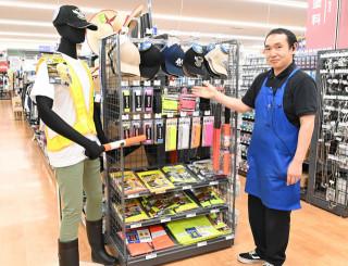 サンデー盛岡本宮店は反射材の特設コーナーを設けている。スタッフの田村真也さん(50)は「ビブスやたすきは目立つし、誰でも簡単に身に着けられるのでお勧め」と話す。