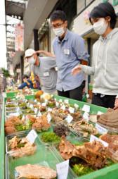 県内で採れたキノコを紹介する展示会。今シーズンは珍しい種類が多い=22日、盛岡市大通