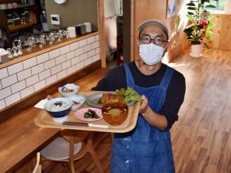 再開した店内で日替わり定食「日々のおだいどこ定食」を提供する川村康徳店主