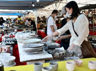 全国の有名産地の陶器を買い求める来場者