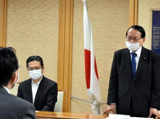 達増知事との懇談で「復興をしっかり応援する」と語る平沢勝栄復興相(右)