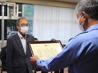 交通死亡事故ゼロ6年を達成し、吉田孝夫署長から称賛状を受け取る石原弘村長(左)
