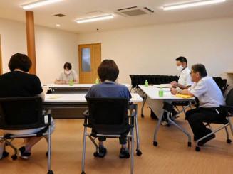 発達障害などに悩む保護者向けに月1度開く相談会。佐々木全准教授(右から2人目)が協力する