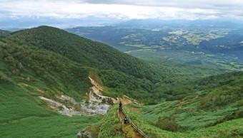 遠く雫石盆地を望む犬倉山展望台。そばでは源泉が湯煙を上げる=雫石町長山(本社小型無人機から撮影)