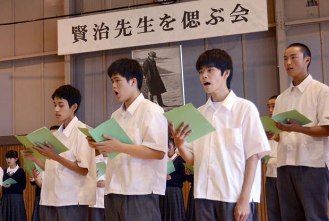 合唱で賢治の業績をしのぶ生徒