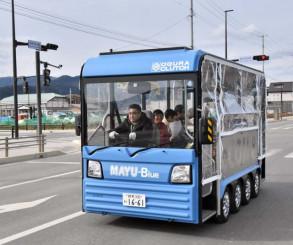 1月の試乗体験で市中心部を走る電気バス。本格導入に向けて実証調査を行う
