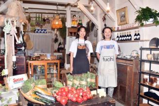 地元食材や古道具を販売する「ヨリスル」をオープンした久保友佳さん(右)と吉田愛さん
