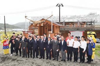 釜石ラグビー神社の完成を祝う関係者=26日、釜石市鵜住居町