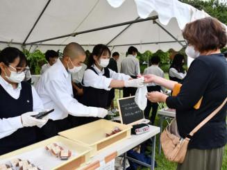 地元事業者の商品を販売しながら、経営に理解を深める生徒たち