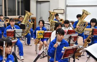 完成度の高い演奏を目指して、練習に打ち込む花巻中の吹奏楽部員