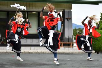 舞台を力強く踏みしめて疫病退散を願う滑田鬼剣舞保存会の会員