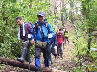 コース開通1周年を記念したイベントで田老地区のトレイルコースを歩く参加者
