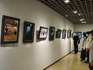 高校生の視点で切り取られた作品が並ぶ写真展