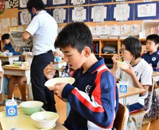 サンマのカレー煮を食べる越喜来小の児童