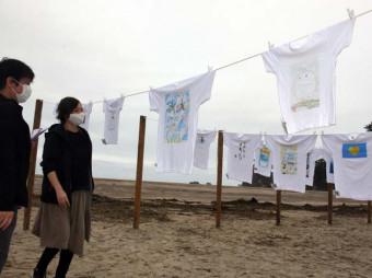 砂浜に並ぶ色とりどりのTシャツ