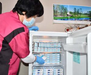 冷蔵保管するインフルエンザワクチンを確認する看護師。県内で接種に向けた準備が進む=釜石市中妻町