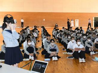 石碑や遺構のVRを体験し、震災の教訓を学ぶ生徒たち