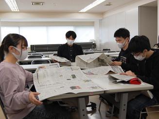 就職活動などに役立ちそうな記事を探す学生たち