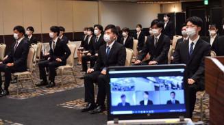 北日本銀行の内定式に臨む学生ら。コロナ対策で対面とオンラインを併用した