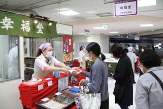 カワトクで始まった「京都老舗めぐり」で和菓子を購入する来場者