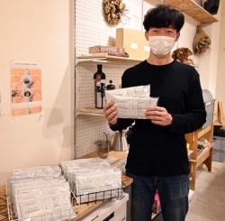 コーヒーバッグを手に「子どもたちを取り巻く課題を知るきっかけにしたい」と思いを語る田中大祐さん