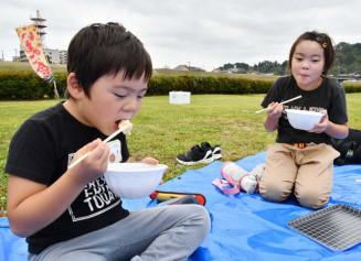 芋の子汁を味わう子どもたち