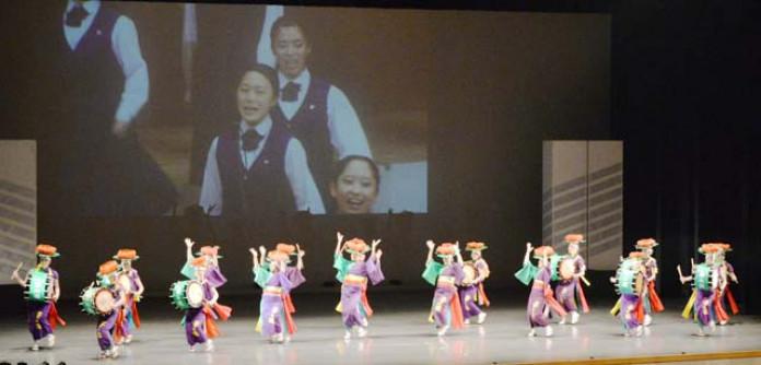 不来方高の生徒らも別会場から映像出演し、芸術祭開幕を盛り上げた総合フェスティバル