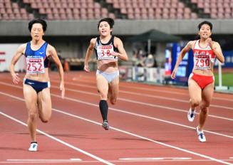 女子200メートル決勝 自己新の23秒78をマークし3位に入った大石沙也加(中央、セレスポ)。左は優勝した鶴田玲美(南九州ファミリーマート)=新潟市・デンカビッグスワンスタジアム