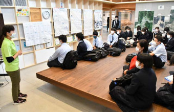 語り部の菊池のどかさん(左)から東日本大震災当時の話を聞く山田高生