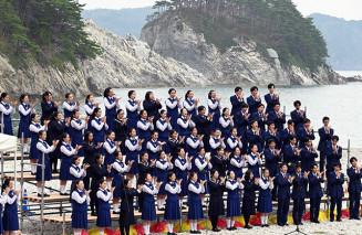 震災復興への願いを込めて「花は咲く」を合唱する不来方高、宮古高、釜石高の生徒=4日、宮古市日立浜町