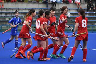 3点目のゴールを決め、喜びを分かち合う「Iwate HC」の選手たち