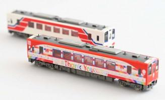 トミーテックが発売した三陸鉄道の車両模型。手前がラッピング列車