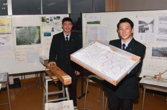 手作りの模型や水準器を手に、胆沢扇状地を開拓した先人の功績を紹介する砂森頼人さん(右)と高橋亜聡さん