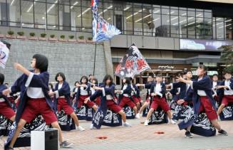 盛岡駅前でダイナミックな演舞を披露する長内中3年生