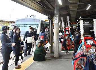 釜石線の全線開通70周年を祝う記念列車を出迎える住民ら=10日、花巻市・JR花巻駅