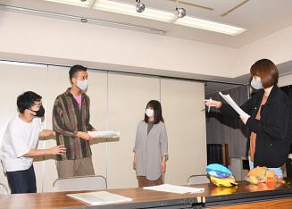 24日の本番に向け、稽古に熱が入る演出の峯川和那さん(右)と役者たち