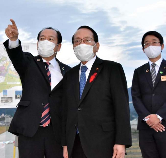 戸羽太市長(左)から復興状況の説明を受ける平沢勝栄復興相(中央)