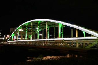 緑色にライトアップされた開運橋