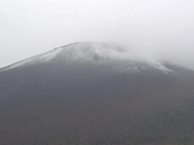 うっすらと雪化粧した岩手山=17日午前7時59分、八幡平市平笠・岩手山焼走り国際交流村から撮影