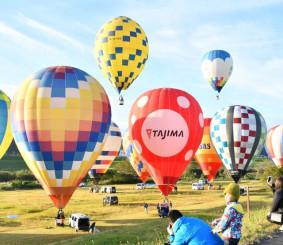 青空に飛び立つ色とりどりの熱気球
