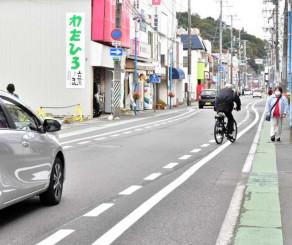 整備後をイメージして蛇行した白線を引いた市道末広町線。無電柱化と合わせて歩行者中心の道路とする