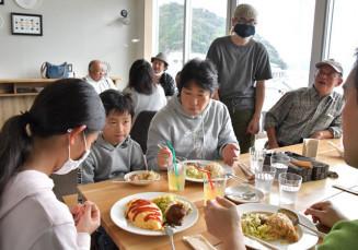 東日本大震災で被災した「ポートまえの」の懐かしの味を楽しむ来店者と、元店主の前野隆彦さん(奥右から2人目)