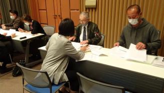 地域共通クーポンの登録手続きを進める事業者=19日、盛岡市中ノ橋通