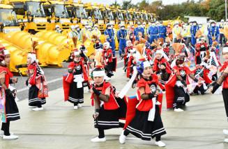 雪氷作業出動式で鬼剣舞を披露し、安全を祈るやさか幼稚園の園児